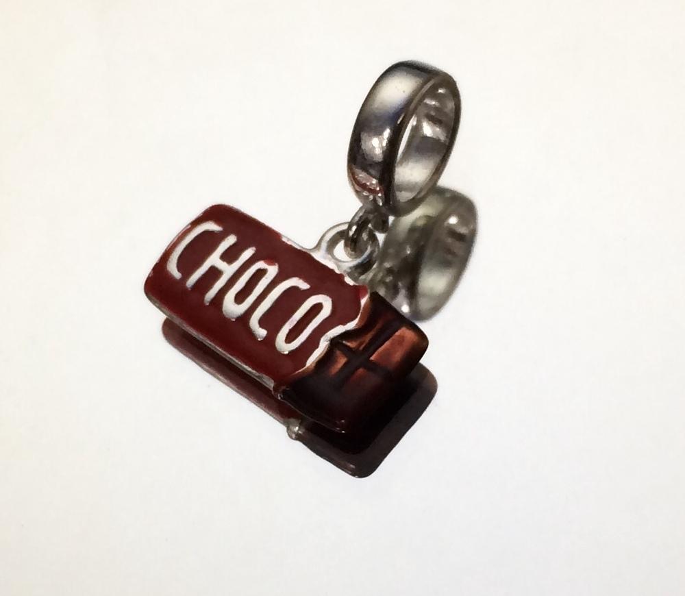 imagem Berloque Resinado em Prata 925 de Chocolate.