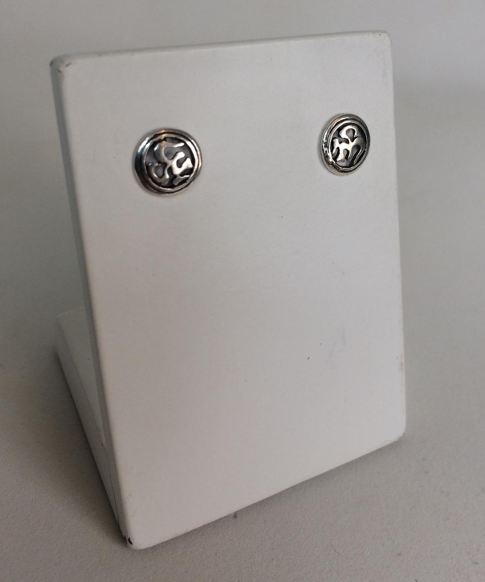 imagem Brinco de Prata Envelhecida 925 com Simbolo Om