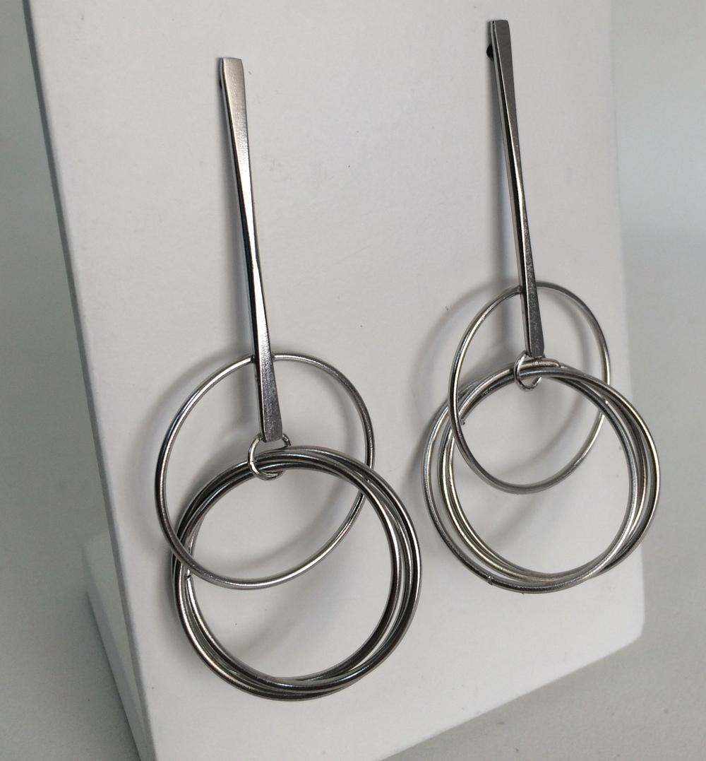 imagem Brinco com Círculos Vazados pendurados em Aço Cirúrgico.