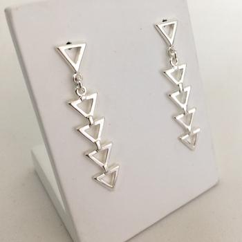 imagem Brinco de Prata 925 geométrico com Triângulos pendurados.